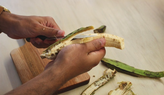 Knife can be useful while peeling the plantains/©dariasdiaries
